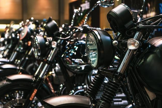 バイクのヘッドライトとクロームパーツの詳細を閉じる Premium写真