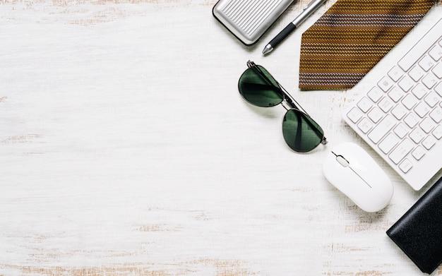 ビジネス男性のさびたホワイトボードの背景、フラットレイアウト、あなたの広告テキストまたはオブジェクトのコピースペース平面図のカジュアルな服装。 Premium写真