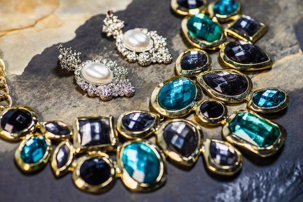 真珠のイヤリングと宝石のペンダント Premium写真