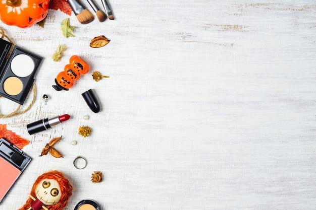 秋とハロウィーンフェスティバルバックグラウンドでフラットレイアウト女性化粧品 Premium写真