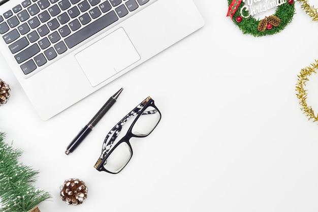 メリークリスマスと新年あけましておめでとうございますオフィスデスクトップ Premium写真