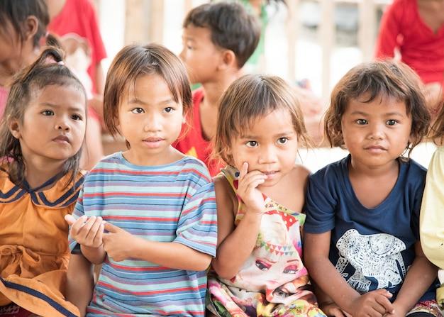 Камбоджийские дети в трущобах на пойпет камбоджа. Premium Фотографии
