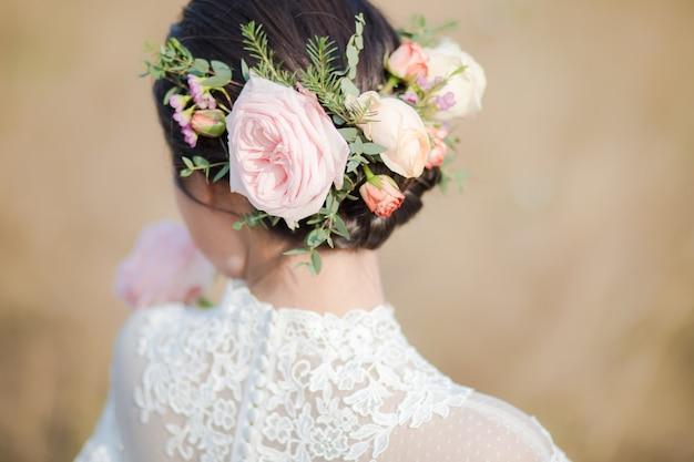 花嫁の頭の上の花のクローズアップ Premium写真