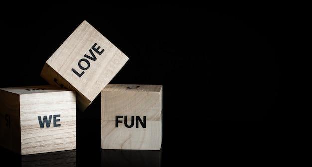 Три деревянных кубика - мы любим веселье Premium Фотографии