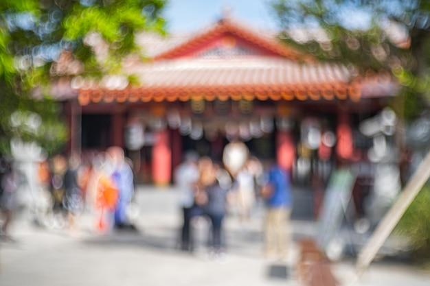神社の前に人がいる日本の神社のぼやけ Premium写真
