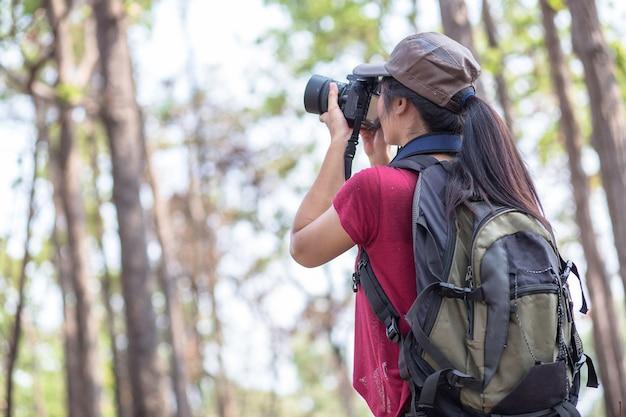 女の子は野生で撮影 Premium写真