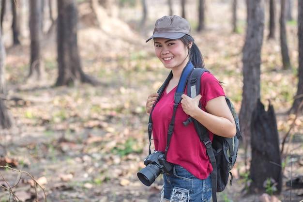 美しい女性が森を歩いている写真。 Premium写真