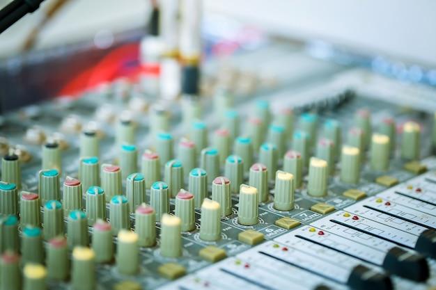 Смешайте аудио элементы управления. Premium Фотографии
