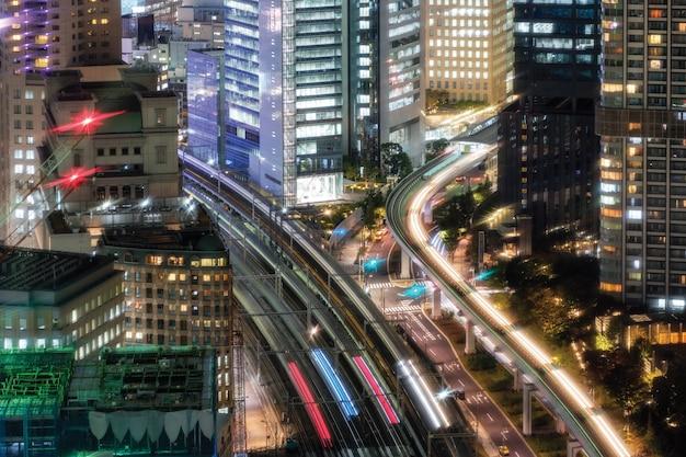 大門のダウンタウンの街を走る空列車交通のビュー Premium写真