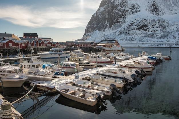 漁船とヨット Premium写真