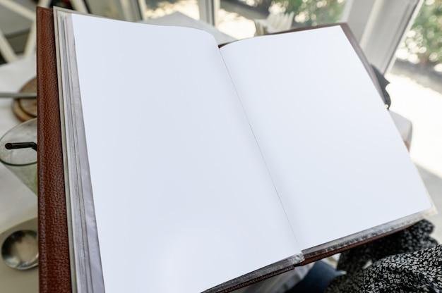 空の紙のメニューブックを開く Premium写真