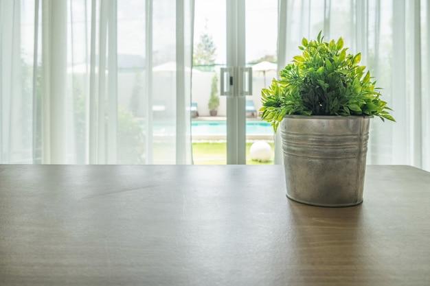 Деревянный стол со старинной вазой на занавеске Premium Фотографии