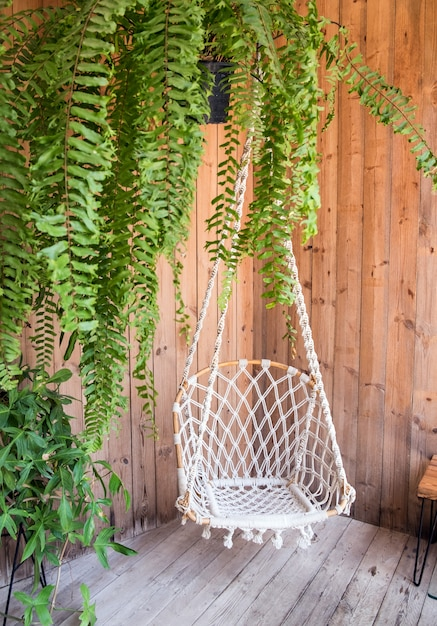 コーナースイングホールドと植物装飾インテリア Premium写真