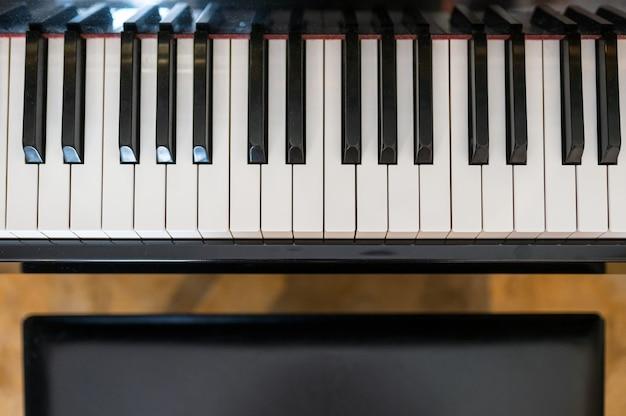 Классическая фортепианная клавиатура с сиденьем Premium Фотографии
