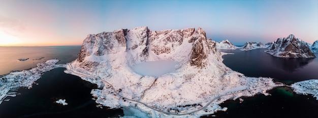 群島と冬の渓谷の氷の湖のパノラマ Premium写真