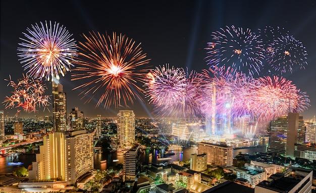 Празднование нового года с красочными фейерверками на берегу реки чао прайя со значком здания бангкока Premium Фотографии