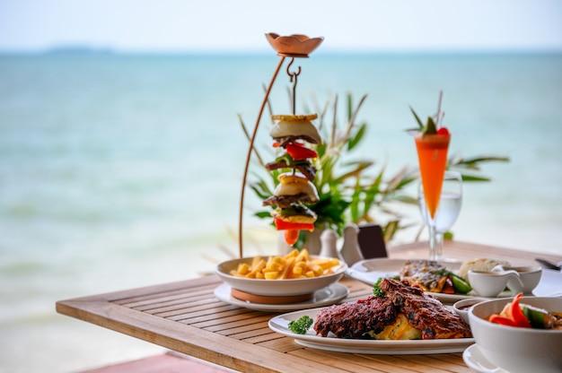 様々な食品、ローストポークリブ、ビーフステーキ、シーフード、スパイシーなスープ Premium写真
