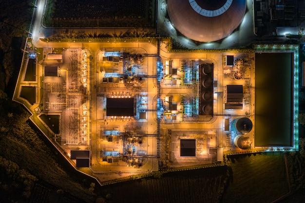 Освещение подстанций электростанций, экспортно-ориентированное производство бумажной упаковки и гофротары ночью Premium Фотографии