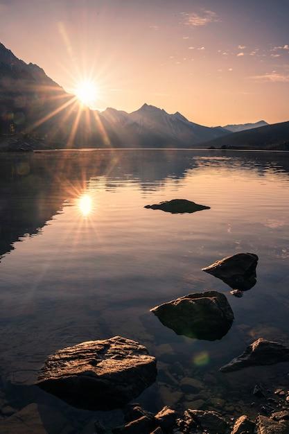 Восход солнца на скалистой горе с камнями в озере медицины в национальном парке яшмы Premium Фотографии