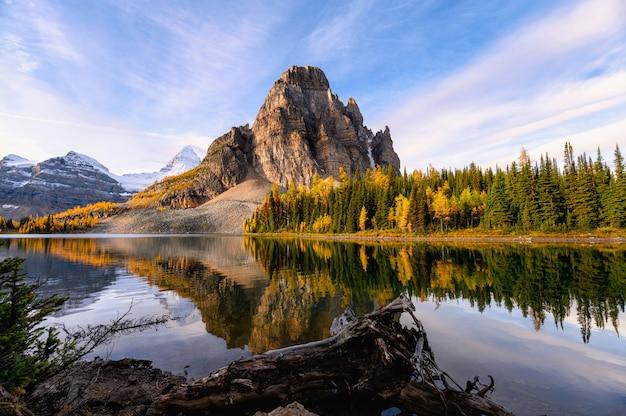 州立公園の秋の森のアシニボイン山とサンバースト湖の日の出 Premium写真