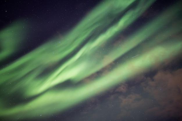 美しい緑のオーロラ、星空とオーロラの爆発 Premium写真