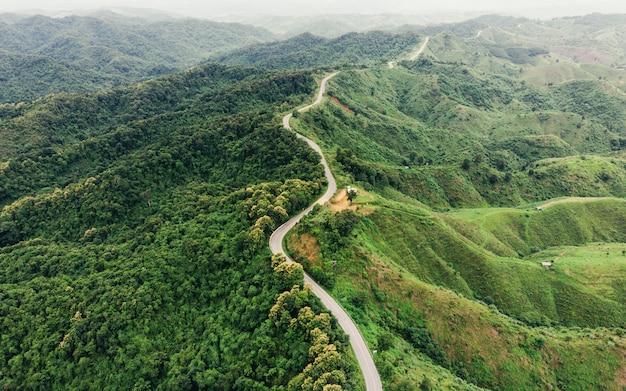 アスファルトの山の高速道路 Premium写真