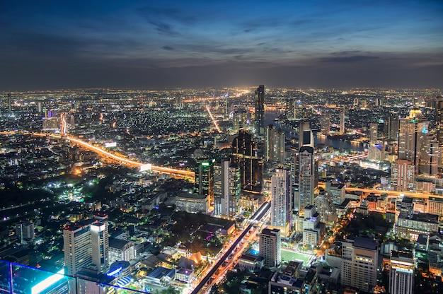 Городской пейзаж многолюдного здания со светлым движением в городе бангкок Premium Фотографии