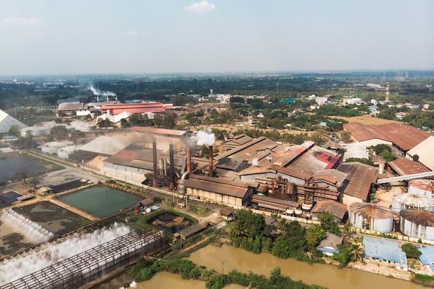 煙突からの排出煙による産業工場製造 Premium写真