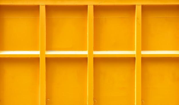 ストライプラインの質感を持つトラックのパターン黄色コンテナー Premium写真