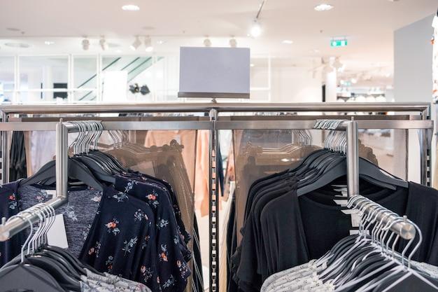 値段が付いている柵に掛かっている女性ファッション服 Premium写真