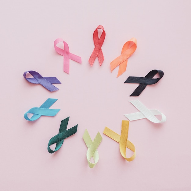 Разноцветные ленты на розовом фоне, осведомленность о раке Premium Фотографии