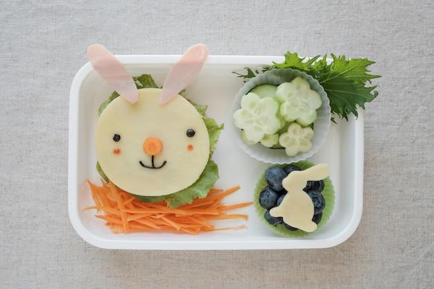 Пасхальный кролик, ланч-бокс, веселое детское питание Premium Фотографии