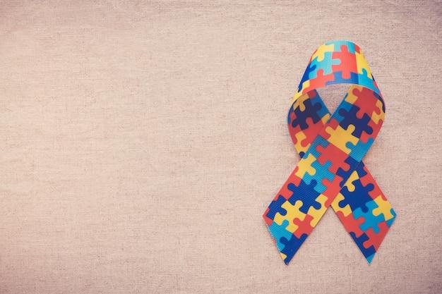 Руки держат ленту головоломки для понимания аутизма Premium Фотографии