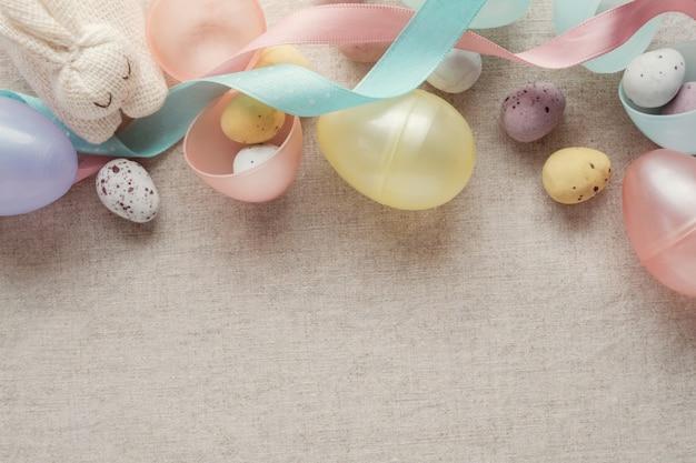 イースターの斑点のある卵の子供たちの背景 Premium写真