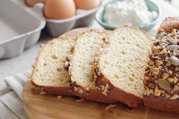 健康的なアーモンドのパン、ケト、ケトン食、古、低炭水化物脂肪 Premium写真