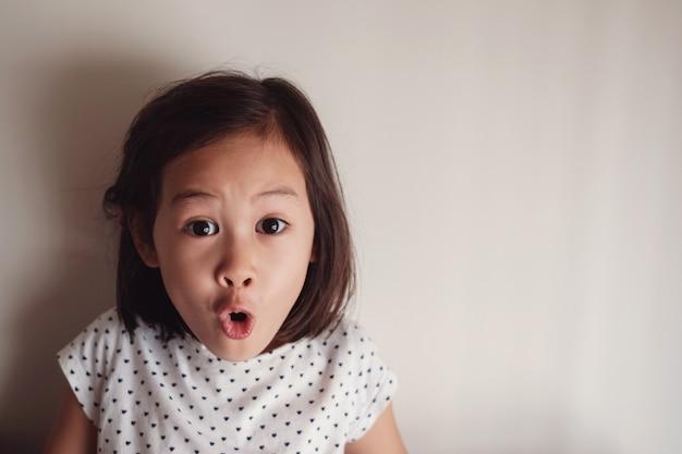 驚くべきと衝撃的なアジアの若い女の子の肖像画 Premium写真