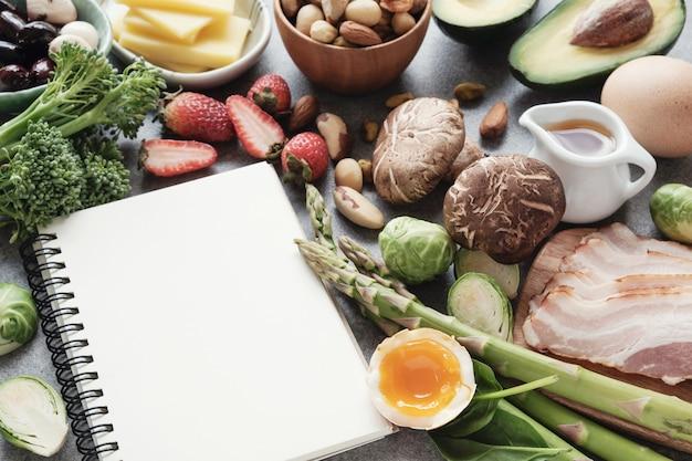 ケト、ケトジェニックダイエット、低炭水化物、健康食品 Premium写真
