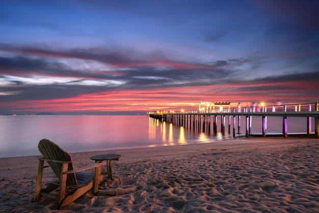 ビーチ、海に木製の橋の上のビーチチェア。 Premium写真