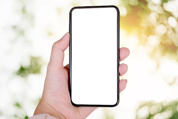 Женщина с помощью смартфона. пустой экран мобильного телефона для монтажа графического дисплея. сетевой сервис. Premium Фотографии
