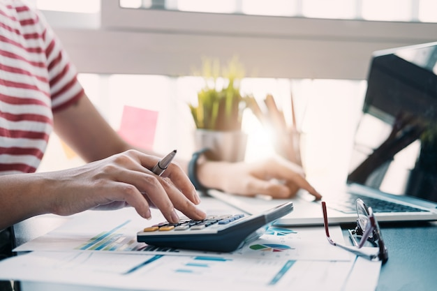 帳簿係または財務検査官の手のレポートの作成、残高の計算または確認のビューを閉じます。家計、投資、経済、節約または保険 Premium写真