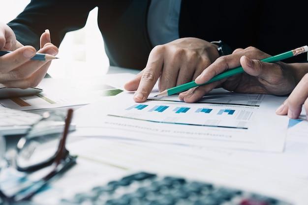 Деловые люди встречаются, чтобы обсудить ситуацию на рынке. бизнес финансовая концепция Premium Фотографии