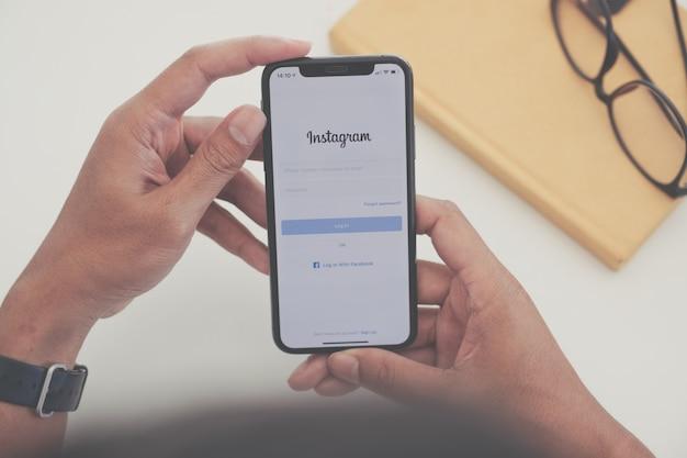 Женщина рука телефон с социальной сети Premium Фотографии