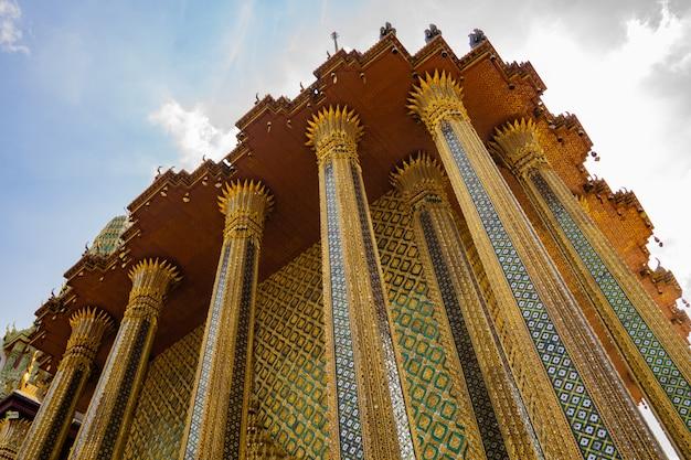 Храм изумрудного будды - исторический центр бангкока Premium Фотографии