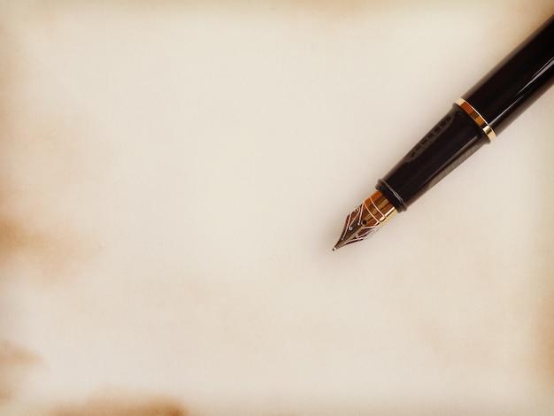 論文とペン古いレトロヴィンテージスタイル Premium写真
