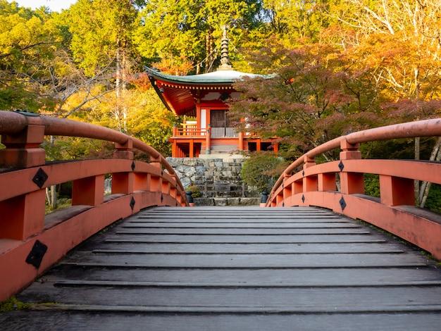 Японская осень осень. храм киото дайгоджи. Premium Фотографии