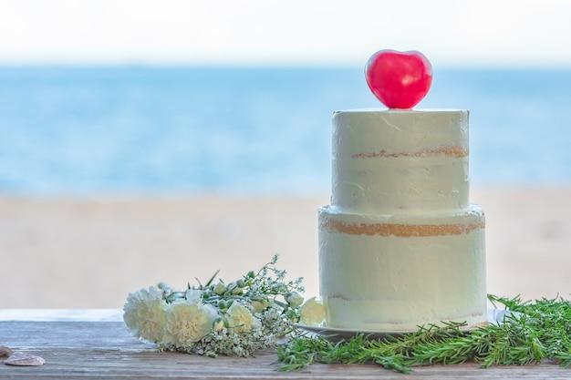 ビーチでカラフルなウェディングケーキ Premium写真