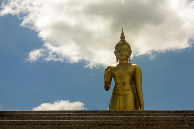 Статуя будды и облачное небо Premium Фотографии