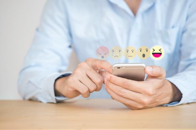 カスタマーサービス評価を提出するために携帯電話に触れるお客様の手 Premium写真