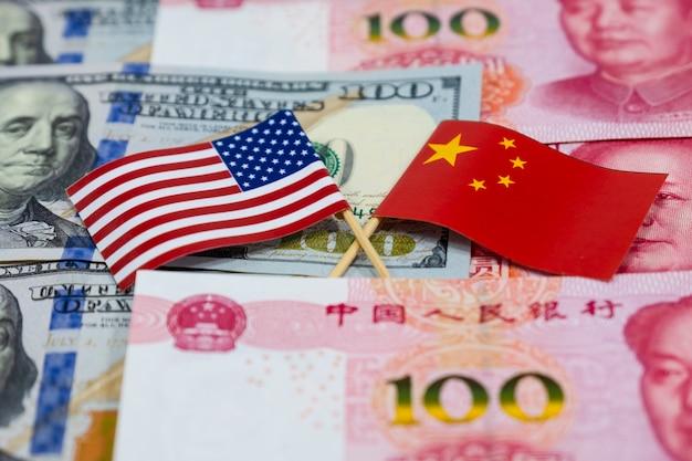 Банкноты доллара сша и банкноты китая юань со всем американским флагом и флагом китая Premium Фотографии