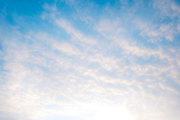 青い空と美しい白い雲。白から青への色合いのグラデーション Premium写真